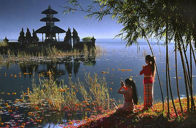 Ein Tempel auf Bali in schöner Kulisse